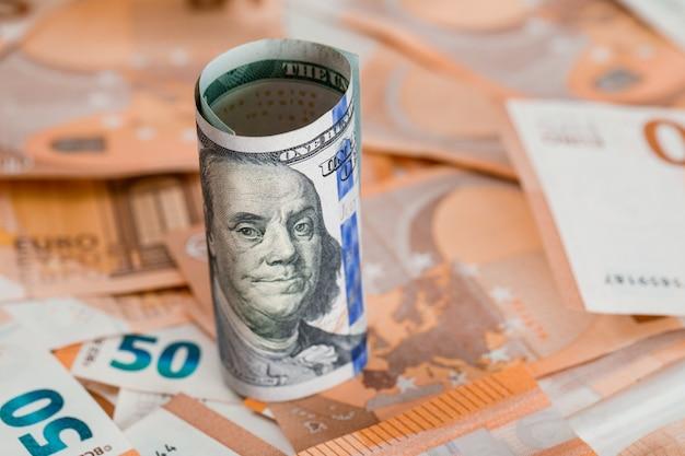 Rolo de dinheiro em close-up tabela de notas.