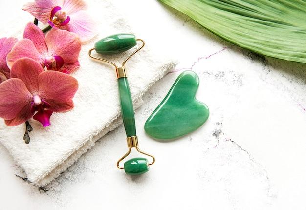 Rolo de face de jade. conceito de spa