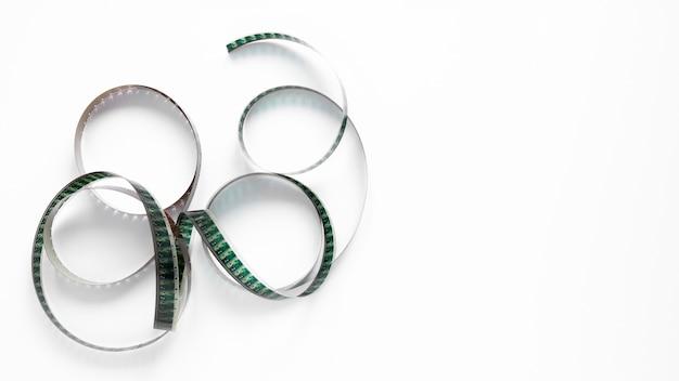 Rolo de filme de filme sobre fundo branco, com espaço de cópia
