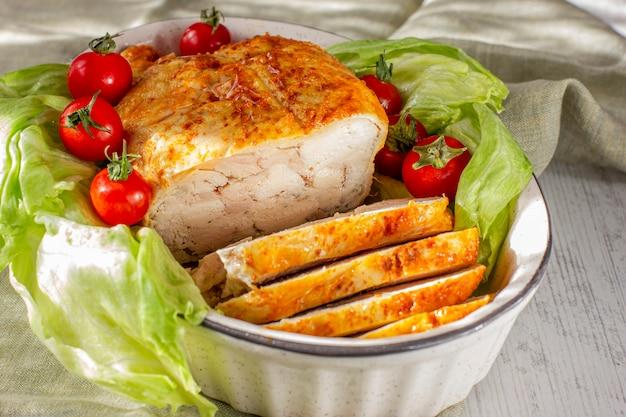 Rolo de frango assado e fatiado no forno