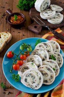 Rolo de frango (rocambole) com omelete (omelete) e cogumelos