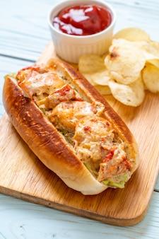 Rolo de lagosta caseiro com batatas fritas