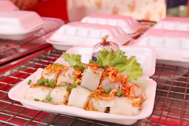 Rolo de macarrão na comida de rua