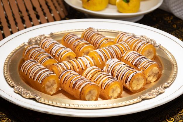 Rolo de manga doce com múltiplas frutas secas famosas indianas