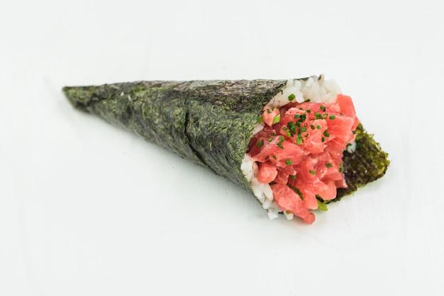 Rolo de mão de atum sushi temaki
