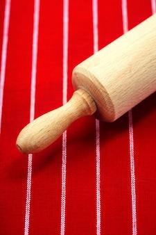 Rolo de massa em pano vermelho