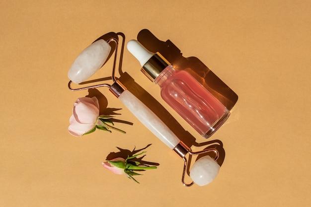 Rolo de massagem de quartzo para o rosto de nefrite natural rosa com soro de beleza ou óleo essencial de rosa