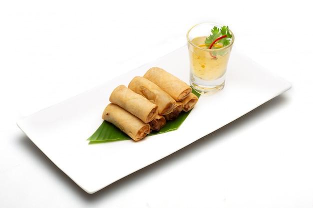 Rolo de mola tailandês. alimento isolado no fundo branco.