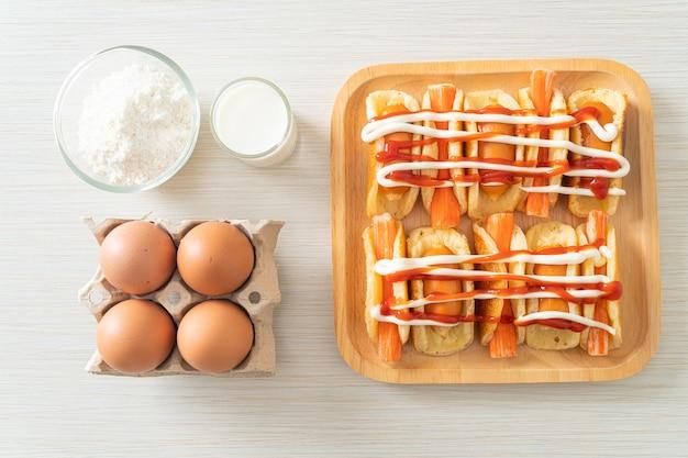 Rolo de panqueca caseira com salsicha e palito de caranguejo