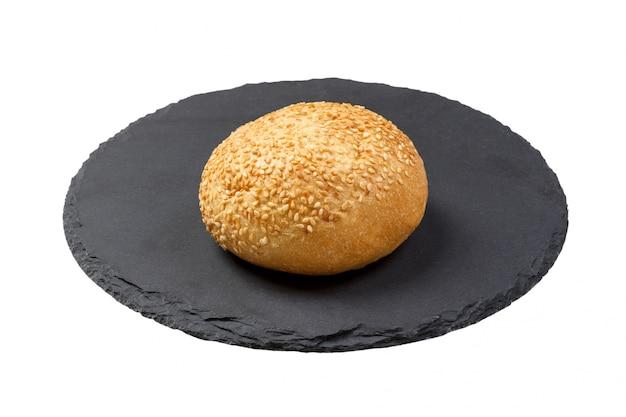 Rolo de pão com manteiga em um prato