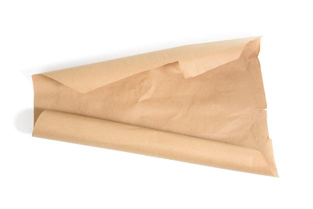 Rolo de papel de embrulho marrom isolado em um fundo branco, vista superior