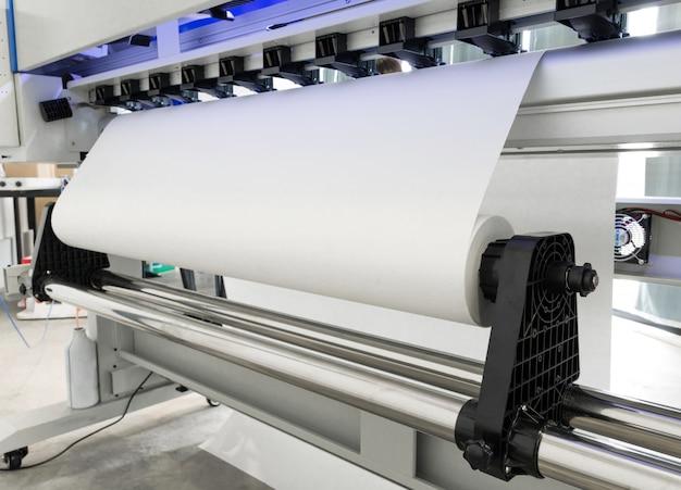 Rolo de papel em branco na máquina de jato de tinta de grande formato de impressora para negócios industriais.