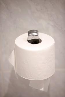 Rolo de papel higiênico branco no armário
