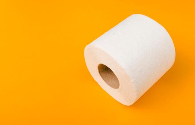 Rolo de papel higiênico com cópia-espaço