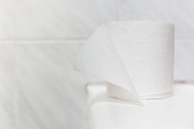 Rolo de papel higiênico de alto ângulo na banheira