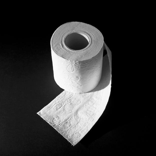 Rolo de papel higiênico de alto ângulo