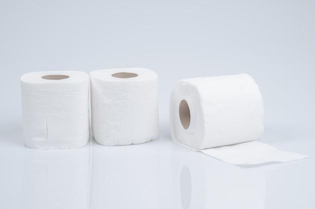Rolo de papel higiênico isolado