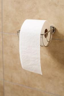 Rolo de papel higiênico no suporte