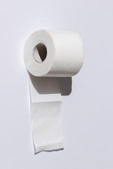 Rolo de papel higiênico perfurado isolado close-up