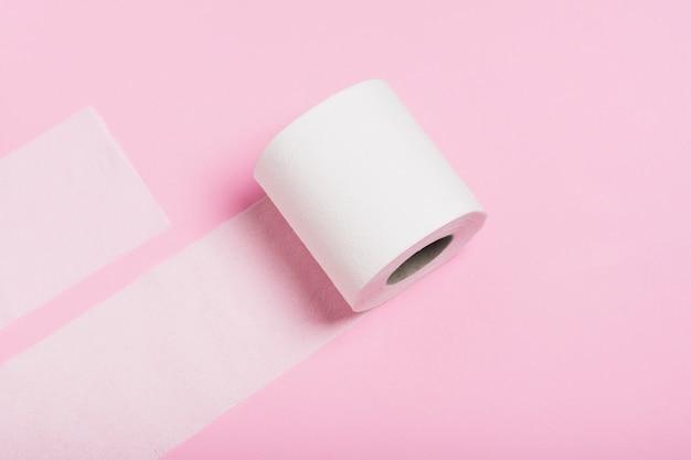Rolo de papel higiênico solto na mesa