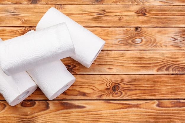 Rolo de papel toalha na madeira