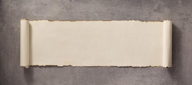 Rolo de pergaminho como superfície de parede de concreto