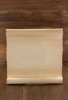 Rolo de pergaminho em fundo de madeira