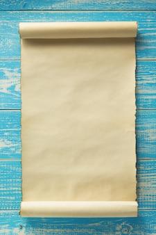 Rolo de pergaminho em madeira velha