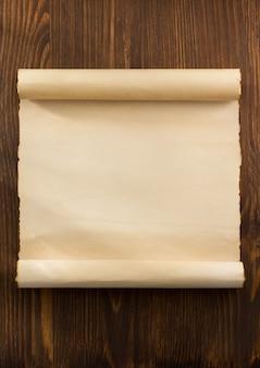 Rolo de pergaminho em madeira