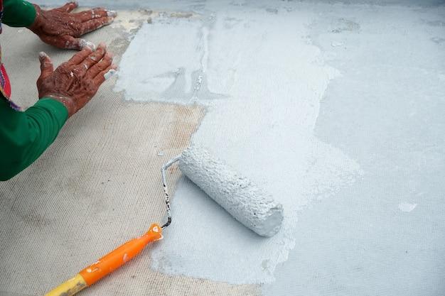 Rolo de pintura para impermeabilização de malha de reforço reparando decks de impermeabilização