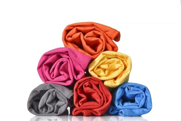 Rolo de roupas coloridas