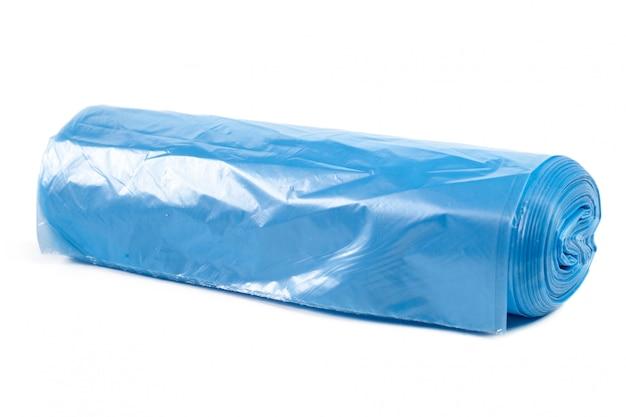 Rolo de sacos de lixo de plástico isolado no branco