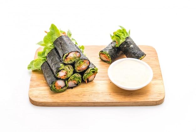 Rolo de salada de algas com vara de caranguejo