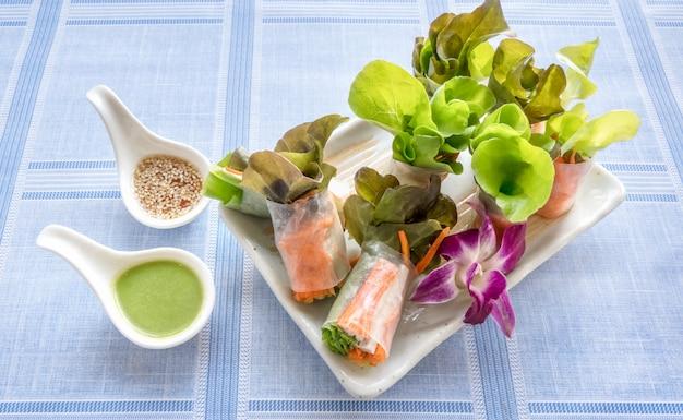 Rolo de salada de vegetais frescos