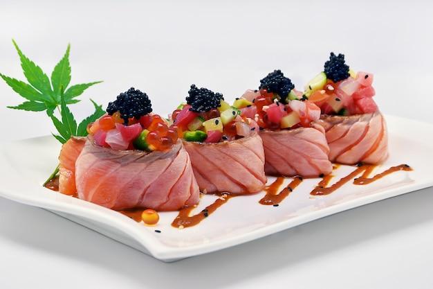 Rolo de salmão especial (ovas de caviar, ovas de salmão, maguro, otoro, salmão)
