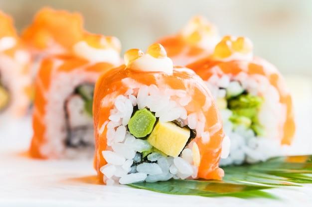 Rolo de salmão sushi