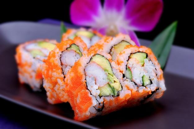 Rolo de sushi americano com abacate