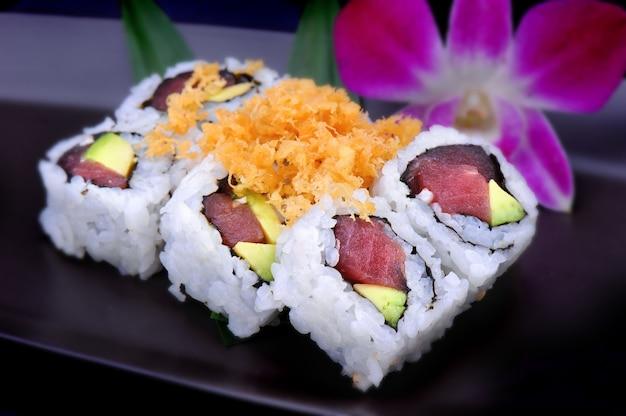 Rolo de sushi americano maguro