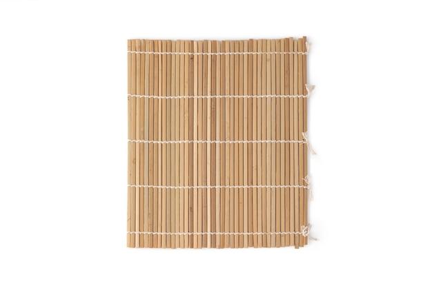 Rolo de sushi artesanal de madeira de bambu no fundo branco