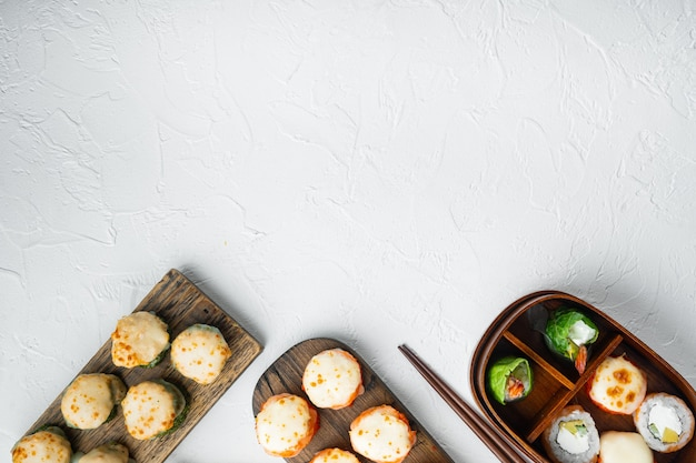 Rolo de sushi assado com tampa de caviar de camarão e masago. conjunto tradicional de sushi em pedra branca