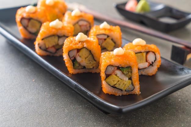Rolo de sushi califórnia - estilo de comida japonesa