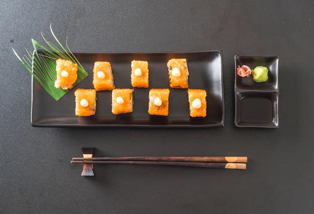 Rolo de sushi califórnia