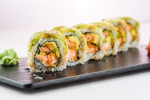 Rolo de sushi coberto com abacate