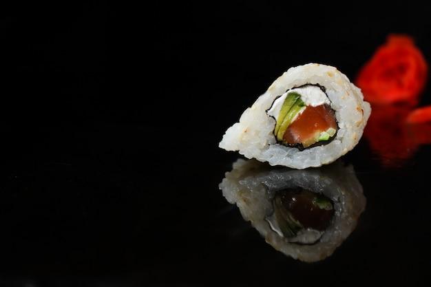 Rolo de sushi com atum