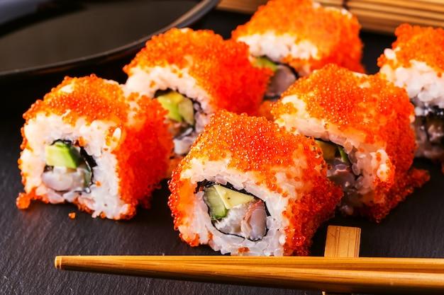 Rolo de sushi com caranguejo, abacate, pepino e tobiko.