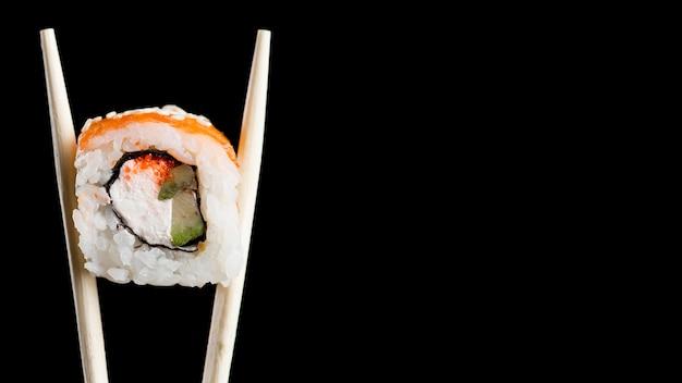 Rolo de sushi com cópia-espaço