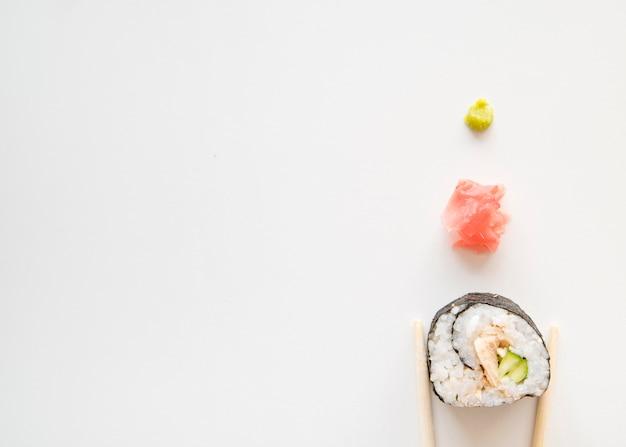 Rolo de sushi com especiarias com cópia-espaço
