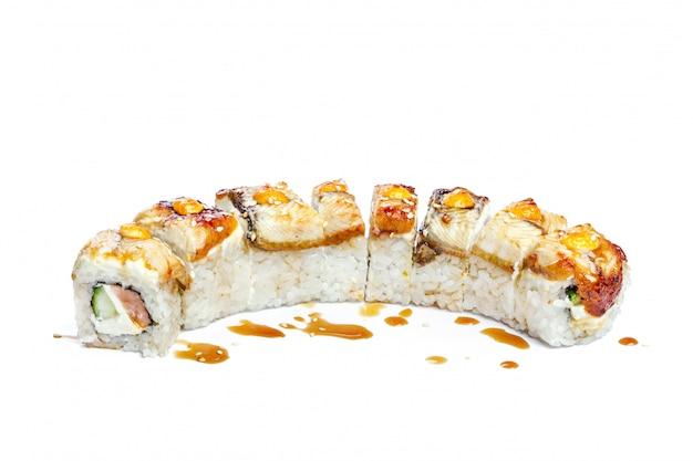 Rolo de sushi com ingredientes frescos, isolado no branco