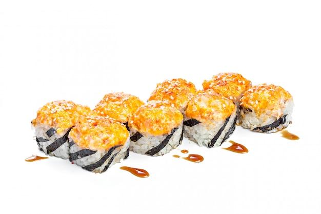 Rolo de sushi com ingredientes frescos isolados