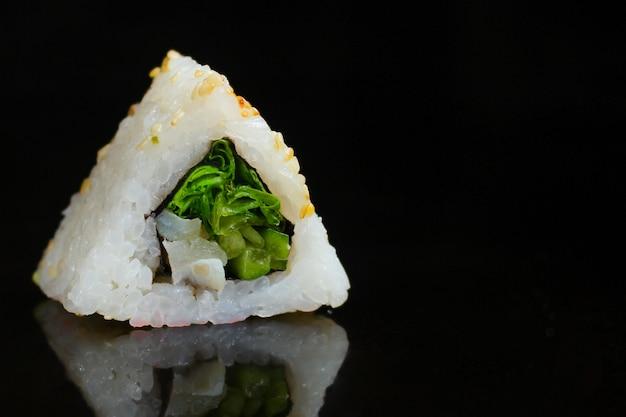 Rolo de sushi com legumes